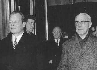 Willy Brandt (links) und Willi Stoph durchqueren eine Tür
