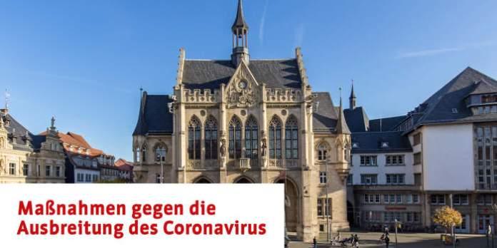 Ein Platz mit einem Gebäude und der Schrift Maßnahmen gegen das Coronavirus