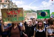 Junge Menschen demonstrieren.