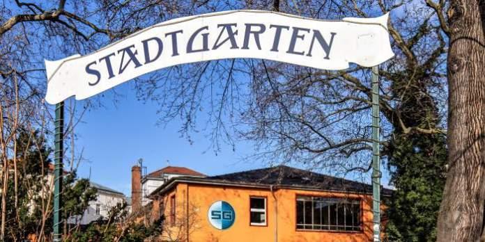 Kulturhaus hinter einem Tor mit der Aufschrift Stadtgarten