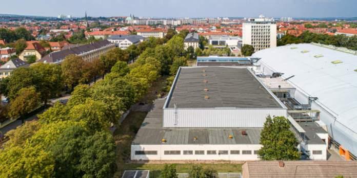 Luftschrägaufnahme eines großflächigen Gebäudes