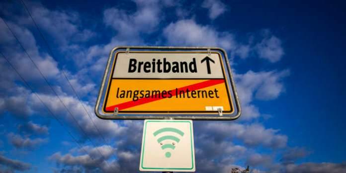 Schild ähnlich wie Ortsausgangsschild mit der Aufschrift Breitband und langsames Internet durchgestrichen