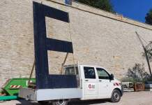 Ein großes E vier Meter hoch vor Mauer