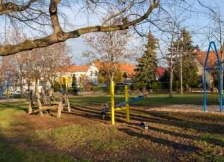 ein Spielplatz in einem Wohngebiet