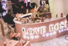 Ein Ladenlokal in den Farben rosa und gold ausgestattet für den Verkauf von Kosmetikprodukten.