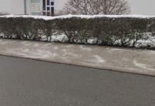 ein Gehweg vor einem Wohnhaus, der mit Salz bestreut wurde