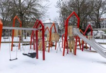 ein Spielplatz mit verschiedenen Spielgeräten