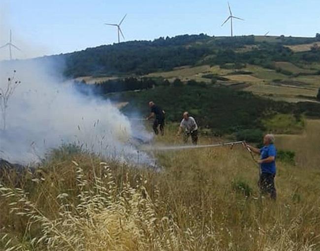 il sindaco tommaso lecce impegnato nell'operazione antincendio