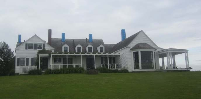 Thinker's Lodge, waar in 1957 de deelnemers van de oorspronkelijke Pugwash Conference on Science and World Affairs werden ondergebracht. In voorbereiding op de aanstaande renovatie zijn de schoorstenen afgedekt met blauw plastic.