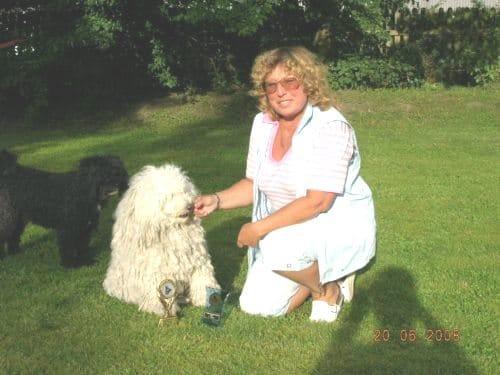 Hundeabitur Margot hat einen Pokal
