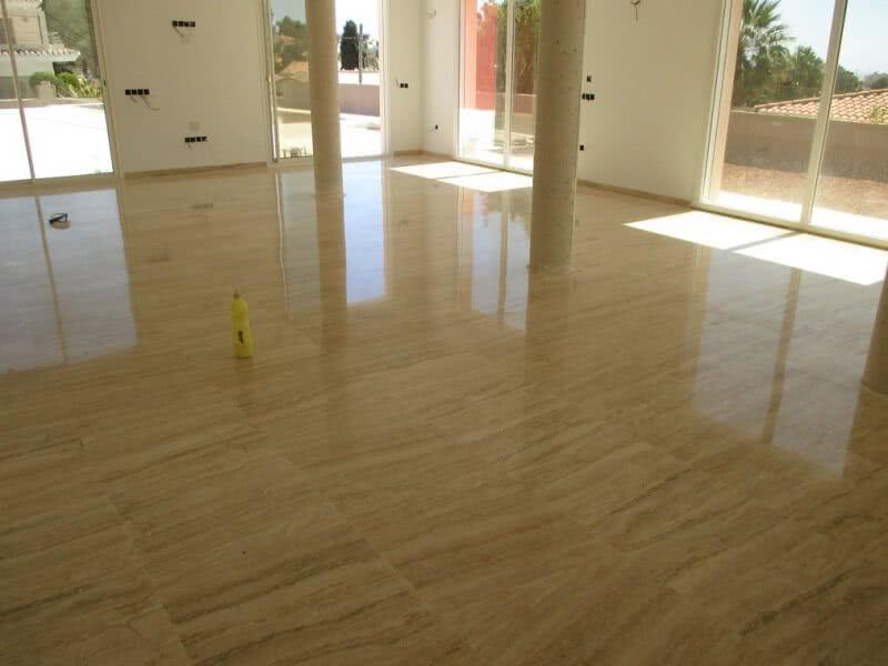 pulido de piso de mármol travertino