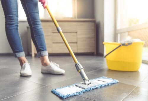 limpieza de pisos con mechudo
