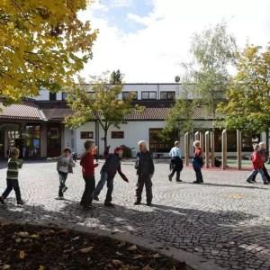 Spielende Kinder auf dem Pausenhof der Grundschule Pullach