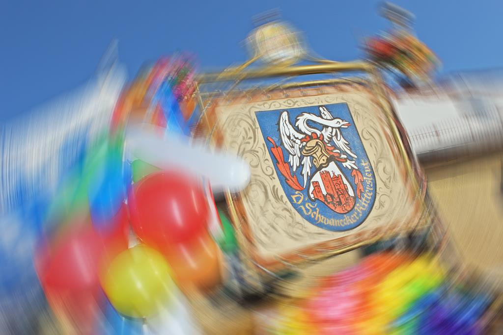 "Wappen der ""D'Schwanecker Rittersleit"" während einer Faschingsfeier in Pullach"
