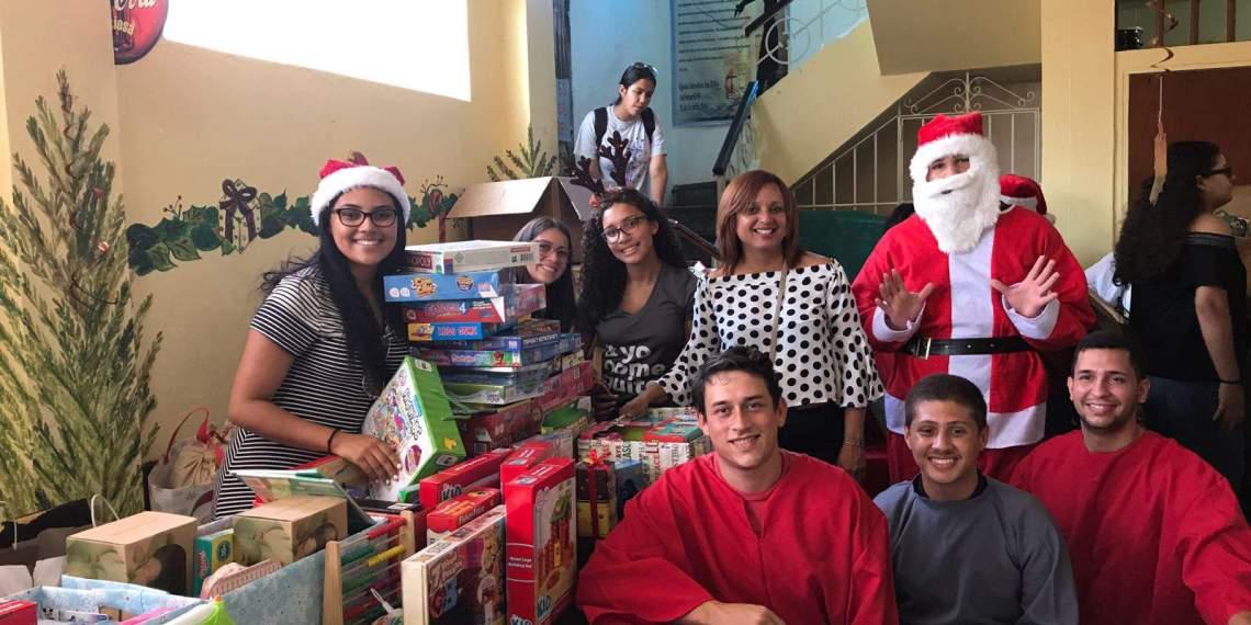 Estudiantes de la UPR Cayey llevan la Navidad a Barrio Obrero