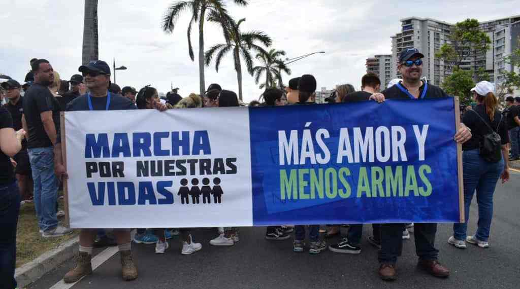 Jóvenes puertorriqueños se unen al reclamo por el control de armas