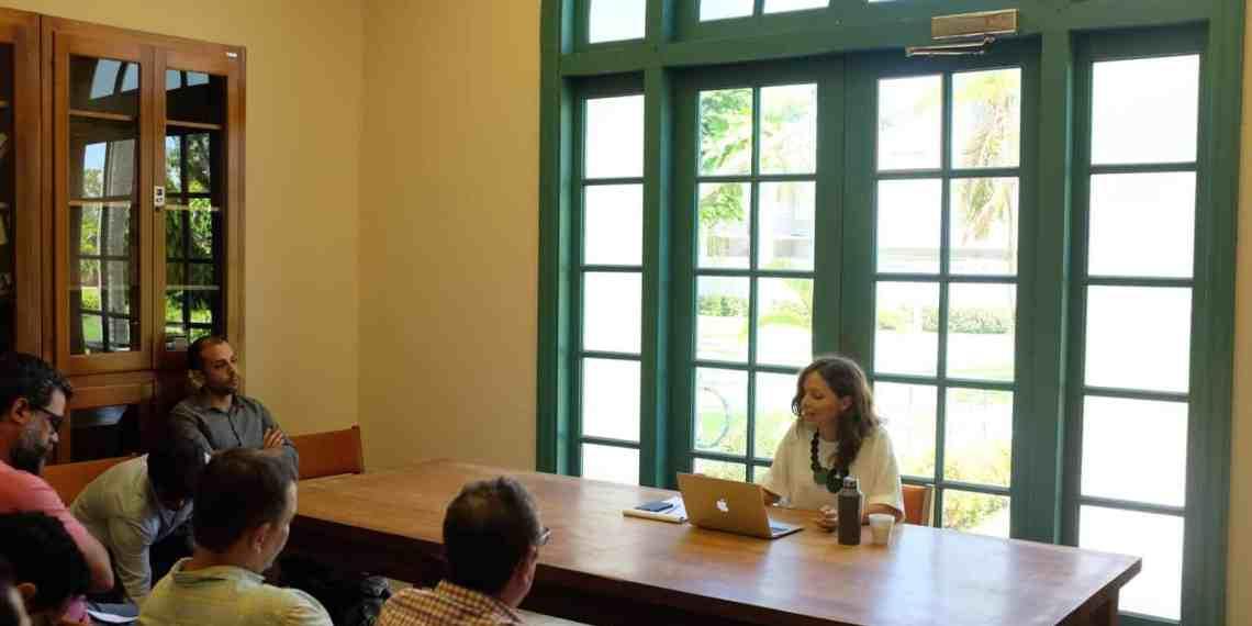 Profesora justifica relación entre la deuda y el colonialismo