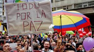 Manifestación a favor de la paz en Bogotá. (Pie de foto e imagen desde portal www.dw.com)