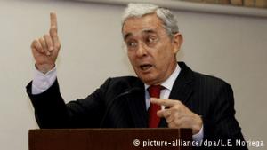 El ex-mandatario Álvaro Uribe, acérrimo opositor a las negociaciones de paz con las FARC. (Pie de foto e imagen desde portal www.dw.com)