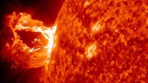 Eyección de masa coronal en el Sol, ocurrida en 2012 y no dirigida contra la Tierra- NASA/SDO/GSFC (Pie de foto e imagen desde portal www.abc.es)