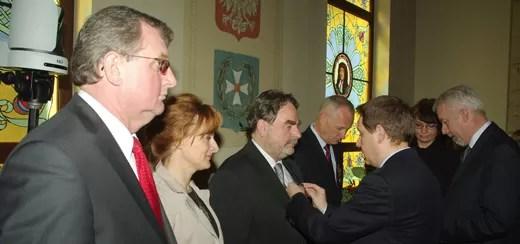 Wicewojewoda Owczarczak wręcza odznaczenia Prezydenta RP wejherowianom. Od lewej Bogusław Suwara, Jolanta Różyńska, Adam Klein, Maciej Michalik i Krzysztof Hildebrandt.