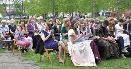 Młodzi aktorzy i inni widzowie.
