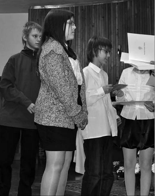 """Wśród laureatów ze szkół podstawowych była Marta Choszcz z wejherowskiej """"jedenastki"""" (na pierwszym planie podczas wręczania dyplomów)."""