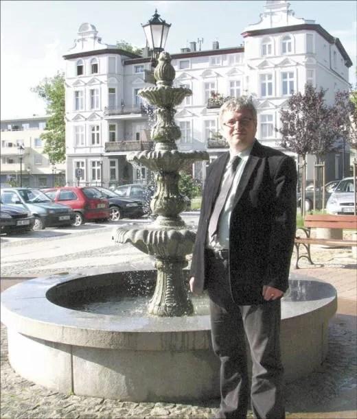 Dyrektor J. Pergoł przy fontannie na ul. Północnej, którą opiekują się pracownicy Zakładu Usług Komunalnych.