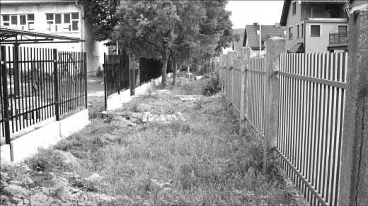 Przesunięcie ogrodzenia Szkoły Podstawowej nr 5 i Gimnazjum nr 4 do linii zabudowy sprawi, że na poszerzonej w ten sposób drodze powstanie chodnik. Zwiększy to z pewnością bezpieczeństwo uczniów, zmierzających do szkoły. Do tej pory dzieci poruszały się wąskim poboczem.
