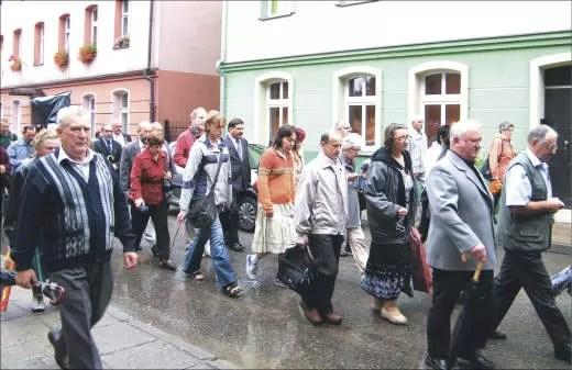 Na miejsce uroczystości jej uczestnicy szli w procesji ulicami miasta.