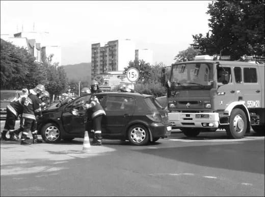 Strażacy z wejherowskiej jednostki musieli m.in. usunąć ze skrzyżowania oba samochody, które utrudniały ruch w tym miejscu.