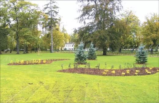Wyposażenie w instalację nawadniającą i założenie zupełnie nowego trawnika było ostatnim etapem prac we frontowej części parku.