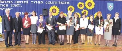Nagrodzeni nauczyciele wraz z prezydentem Wejherowa i jego zastępcą.