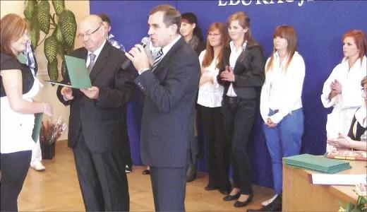 Starszy Cechu, Brunon Gajewski i dyrektor szkoły Stanisław Zaleski wręczyli stypendia 35 uczniom, którzy osiągnęli wysokie wyniki w nauce.