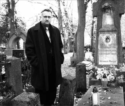 """Mirosław Lademann pośród starych nagrobków na """"wejherowskich Powązkach"""". Ten cmentarz to świadectwo bogatej historii miasta."""