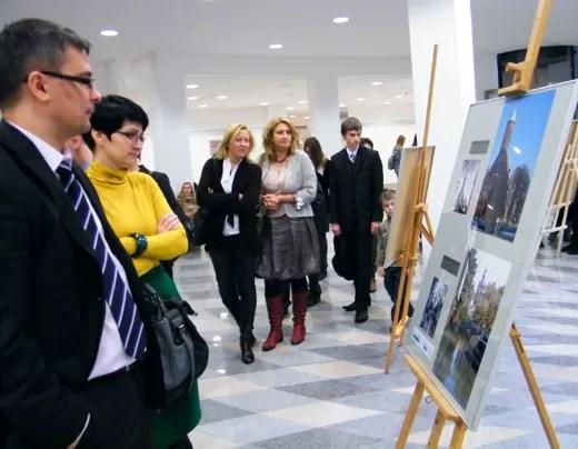 W holu Wydziału Nauk Społecznych UG można było oglądać zdjęcia uczennic gimnazjów w Wejherowie i Rumi, zestawione ze starymi fotografiami Gdańska.