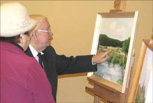 Leon Wesserling pokazuje swoją pracę.