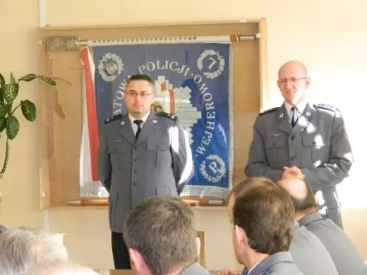 Swojego nowego zastępcę (pod lewej) przedstawia komendant KPP w Wejherowie, mł. insp. Krzysztof Lawer.