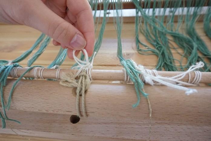 attache des fils de chaine à l'ensouple avant du métier à tisser 2