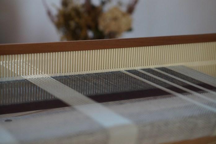 métier à tisser de table avec un tissage en coton bleu et blanc pumaï tissage