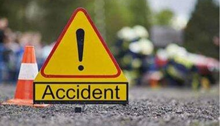 Pune | The bike collided with the scooter after hitting the divider; two dead, two injured News in hindi