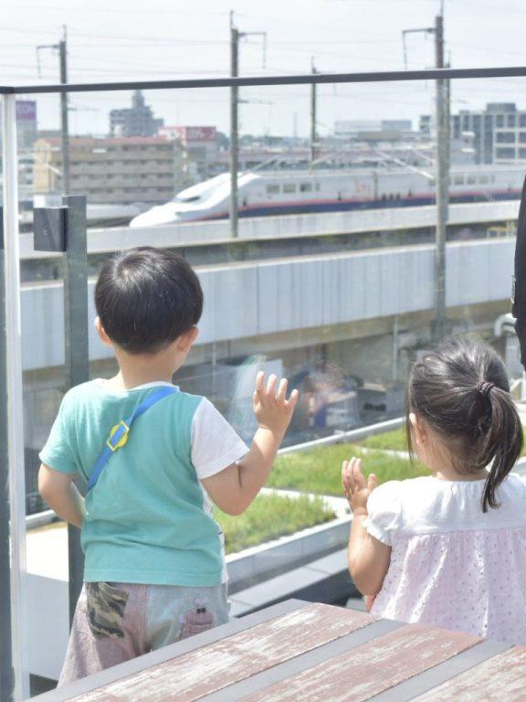 新幹線をながめる子供