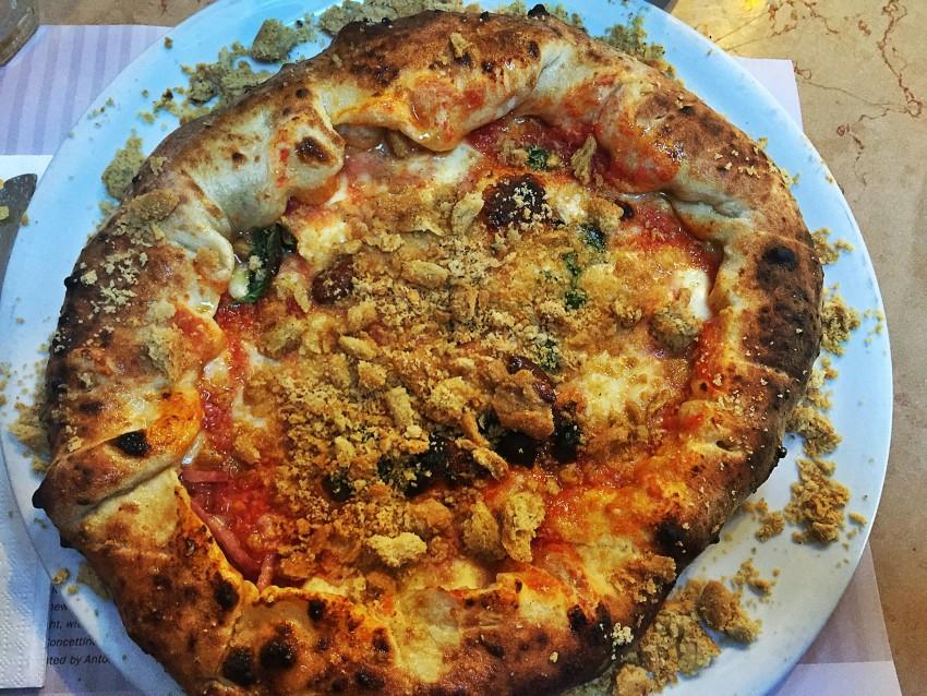 Pizza tarallo sbriciolato e cornicione ripieno Concettina ai Tre Santi