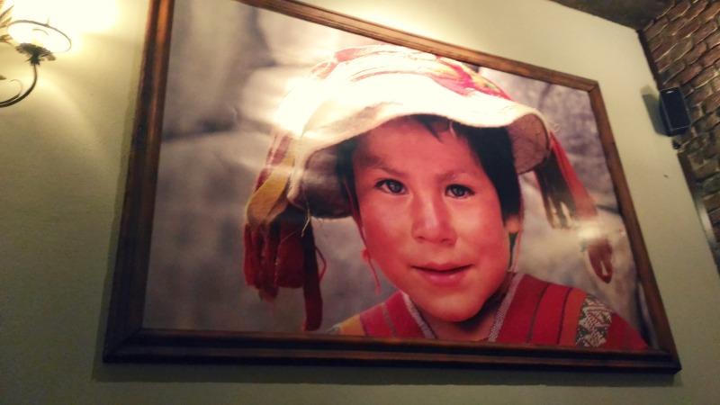 Atmosfera calda all'interno del ristorante peruviano Inkanto, a Milano.