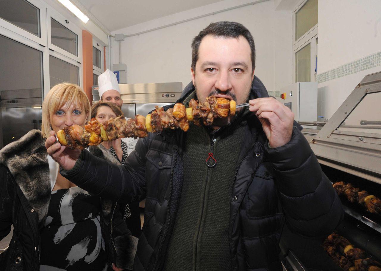 Salvini mangia cipolle e salamelle odia la trippa e va di