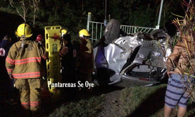 Photo of Pierde el control del vehículo, colisiona y vuelca en Esparza