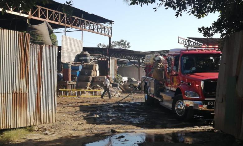 Photo of Doble incendio pone a correr a bomberos en Puntarenas