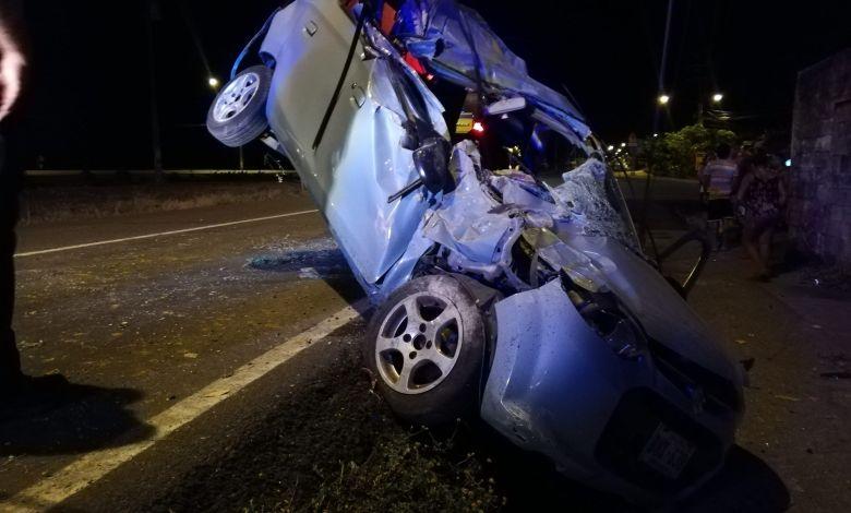 Photo of (Fotos) Conductora pierde el control del vehículo y colisiona contra poste de luz en Chacarita