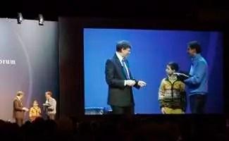Bill Gates scherza con un giovanissimo studente spagnolo durante il Global Leader Forum 2008