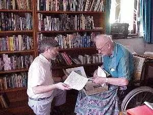Il grande scrittore in compagnia di uno scienziato nella sua casa di Colombo